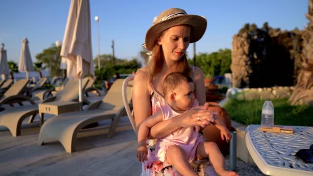 kvinna turist med sitt barn - walking home sunset street bildbanksvideor och videomaterial från bakom kulisserna