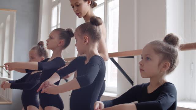 kvinna utbildning ballerinor - balettstång bildbanksvideor och videomaterial från bakom kulisserna