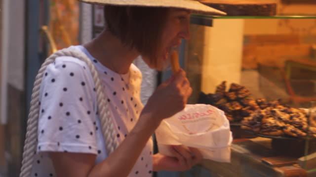 frau reisenden wahl essen aussehen durch vitrine - spanisches essen stock-videos und b-roll-filmmaterial