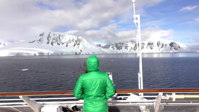 kobieta podróżniczka zegarki neumeyer channel wiencke island góry antarktyda - antarktyda filmów i materiałów b-roll