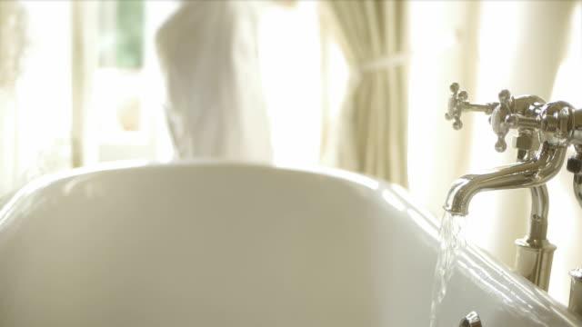 Frau Drehen auf warmes Wasser Badewanne Wasserhahn im Bad – Video
