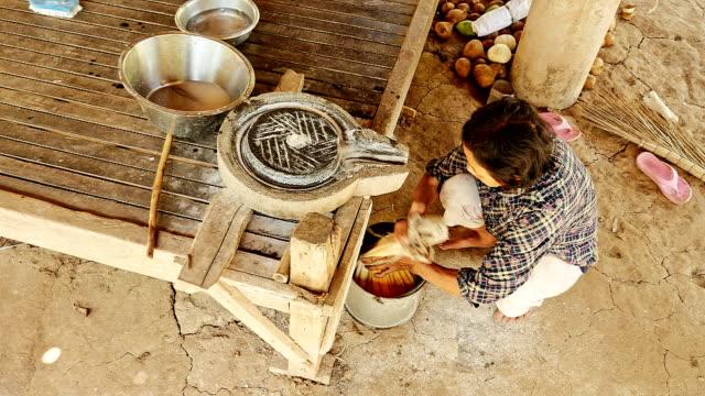 gewebte tasche mit liquidität rice teig gebunden ist, - kambodschanische kultur stock-videos und b-roll-filmmaterial