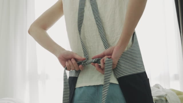 vídeos de stock e filmes b-roll de woman typing apron - avental