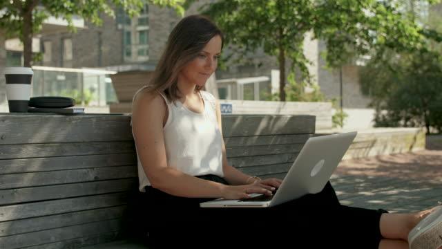 kvinna som skriver på en bärbar dator - summer sweden bildbanksvideor och videomaterial från bakom kulisserna