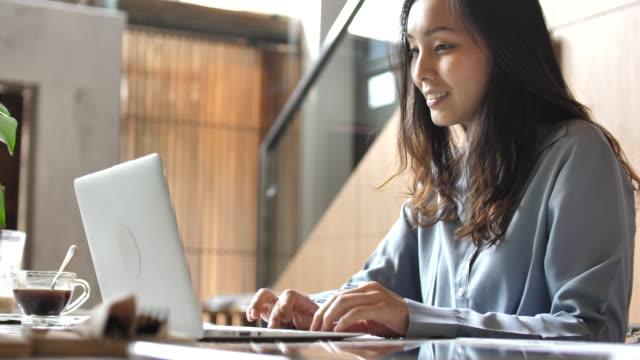 女性の社会的なメディアを共有するためのラップトップ コンピューターに入力 - 日本人のみ点の映像素材/bロール