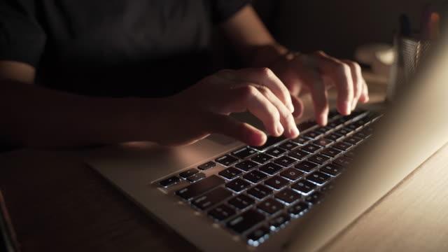 vídeos y material grabado en eventos de stock de mujer escribiendo en la computadora portátil - trabajo freelance
