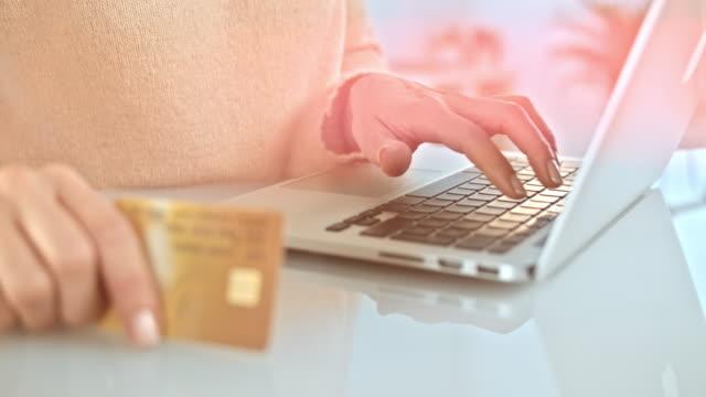 SLO Missouri femme dactylographie sur ordinateur portable tout en tenant la carte de crédit - Vidéo