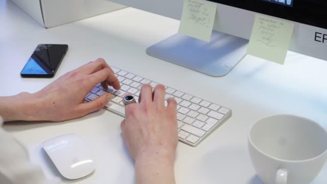 kvinna att skriva - endast unga kvinnor bildbanksvideor och videomaterial från bakom kulisserna