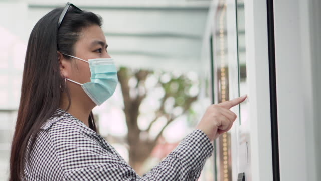 Woman use mobile payment vending machine (close up)