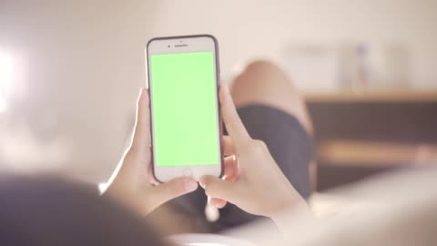 vídeos de stock, filmes e b-roll de mulher usar croma telefone inteligente chave 4k - smartphone