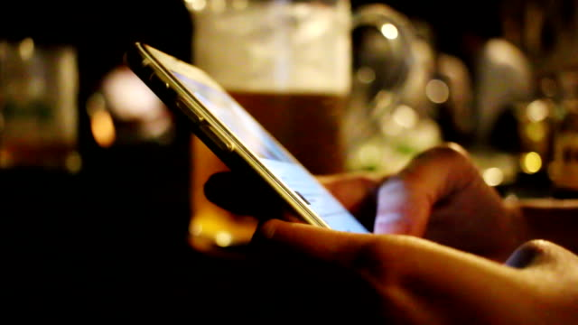 Femme utilisation de smartphone en bar et Restaurant - Vidéo