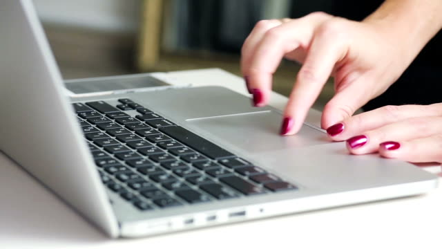 kvinna använder pekplattan på en bärbar dator - offline bildbanksvideor och videomaterial från bakom kulisserna