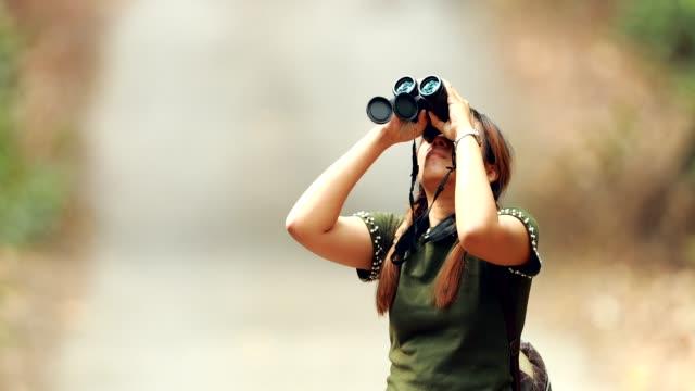 双眼鏡を使っている女性の森 - バードウォッチング点の映像素材/bロール