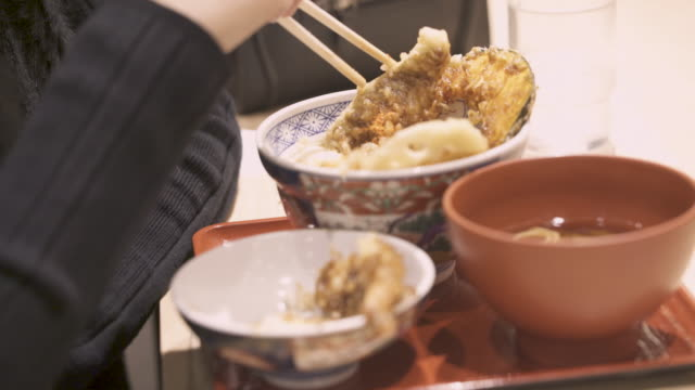 vídeos de stock e filmes b-roll de woman using chopstick to eat japanese tempura food - tempura