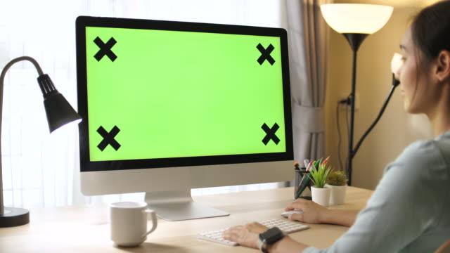 vidéos et rushes de femme utilisant l'écran vert d'ordinateur - travaux maison