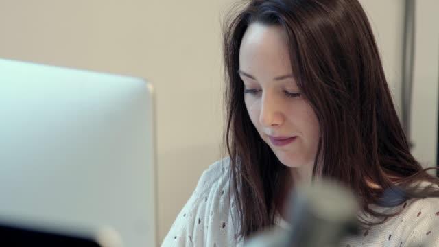 kvinna med hjälp av dator - endast unga kvinnor bildbanksvideor och videomaterial från bakom kulisserna