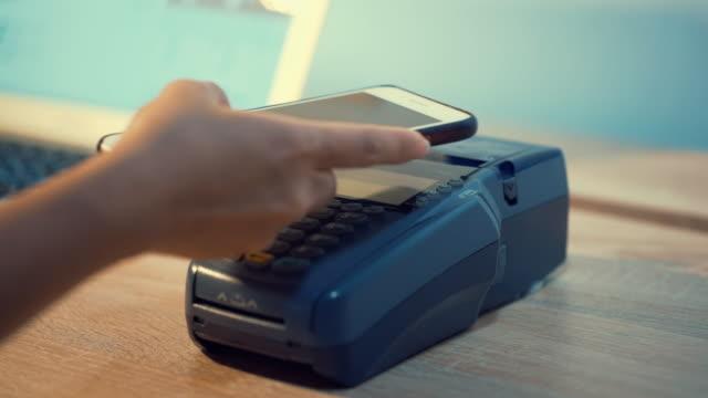 女性のためのクレジットカードを使用して - クレジット決済点の映像素材/bロール