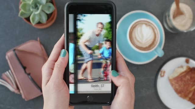 vidéos et rushes de femme utilisant la datation app sociale, trouver connexion amour romance - application mobile