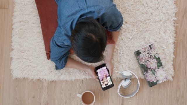 stockvideo's en b-roll-footage met vrouw met behulp van sociale app, daten romantiek liefde verbinding vinden - daten