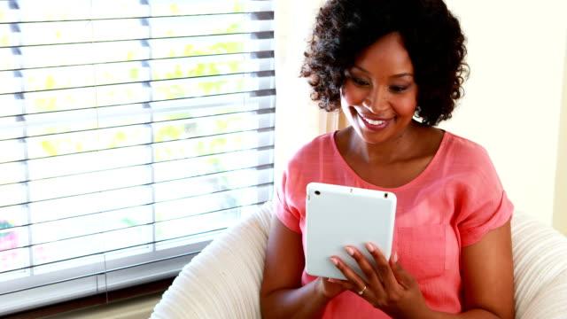 kvinna med digital tablett i vardagsrummet 4k - 35 39 år bildbanksvideor och videomaterial från bakom kulisserna