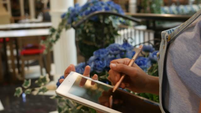 Femme utilisant la tablette numérique dans la boutique - Vidéo