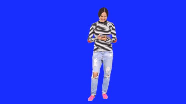 woman using digital tablet - helkroppsbild bildbanksvideor och videomaterial från bakom kulisserna