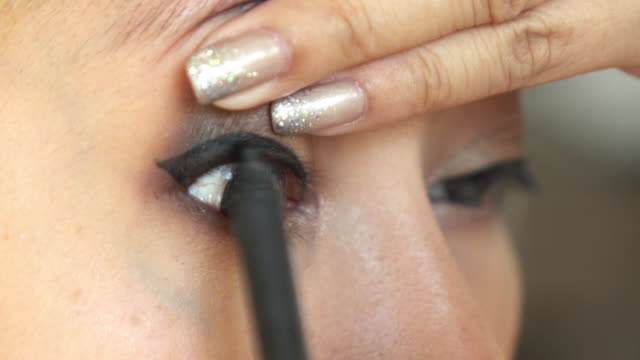 woman using eyeliner makeup beauty video