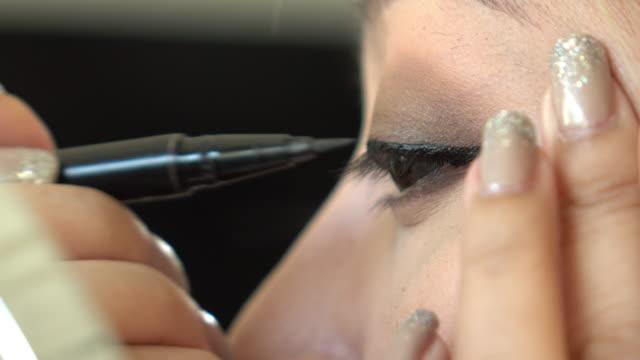 vídeos y material grabado en eventos de stock de delineador de ojos de mujer con maquillaje belleza - ojo morado