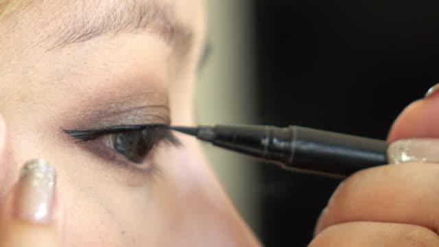 アイライナー女性の美しさを使ったメイクアップ - まつげ点の映像素材/bロール