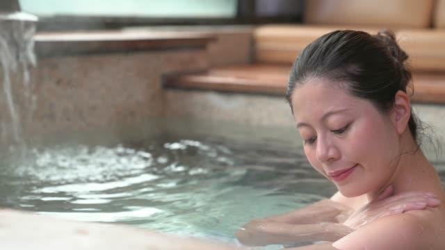 kvinna med hand koka upp vatten - japanese bath woman bildbanksvideor och videomaterial från bakom kulisserna