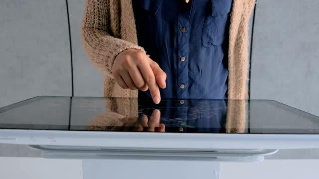 kvinna med interaktiv pekskärm på urban utställning - pekskärm bildbanksvideor och videomaterial från bakom kulisserna