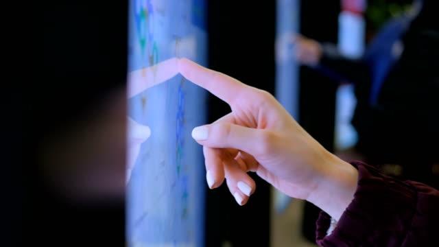 женщина с помощью интерактивного сенсорного киоска с картой города - трогать стоковые видео и кадры b-roll