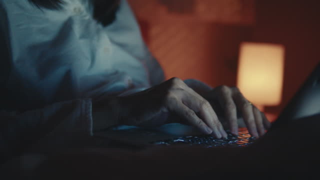女人在晚上使用筆記本電腦 - 現代 風格 個影片檔及 b 捲影像