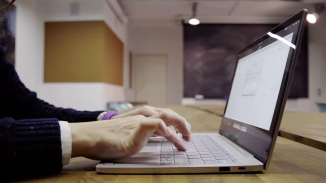 kvinna som använder laptop - linjerat papper bakgrund bildbanksvideor och videomaterial från bakom kulisserna