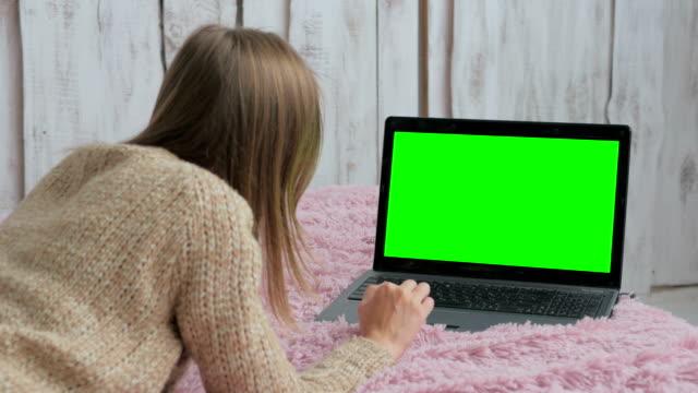 緑色の画面でノート パソコンを使用しての女性 - コントロール点の映像素材/bロール