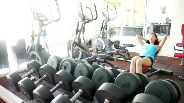 kvinnan använder maskiner i gymmet - black woman towel workout bildbanksvideor och videomaterial från bakom kulisserna