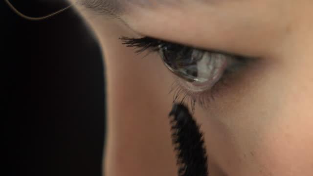 vídeos y material grabado en eventos de stock de mujer de belleza ojos maquillaje con máscara de pestañas - ojo morado