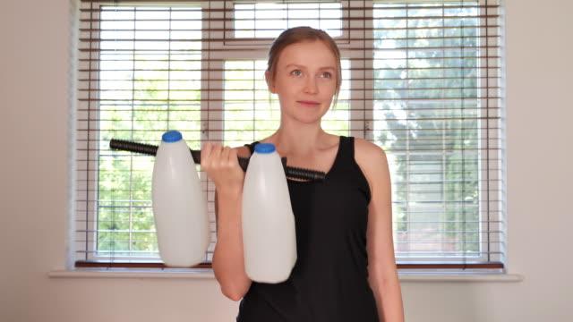 man som använder mjölk som vikter - rådig bildbanksvideor och videomaterial från bakom kulisserna