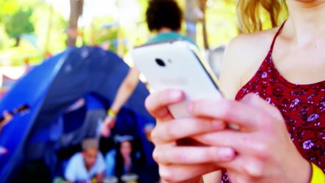 Frau mit Handy im Park 4k – Video