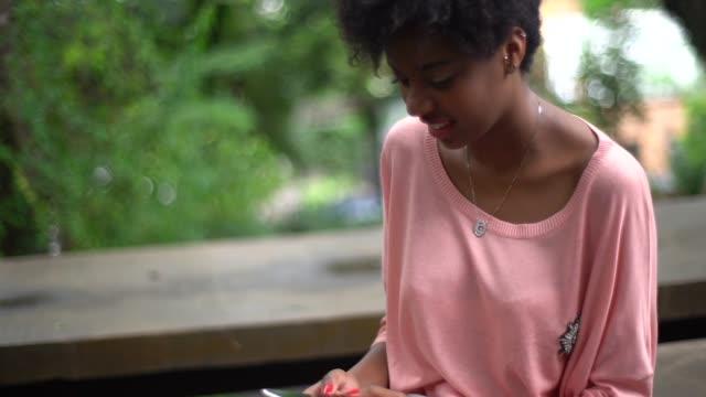 женщина с помощью мобильного телефона - бразилец парду стоковые видео и кадры b-roll
