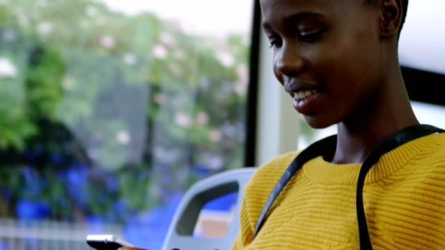 vídeos y material grabado en eventos de stock de mujer con teléfono móvil mientras viajas en autobús 4k - autobús
