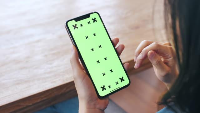 kvinna som använder mobiltelefon med grön skärm - telefonmeddelande bildbanksvideor och videomaterial från bakom kulisserna
