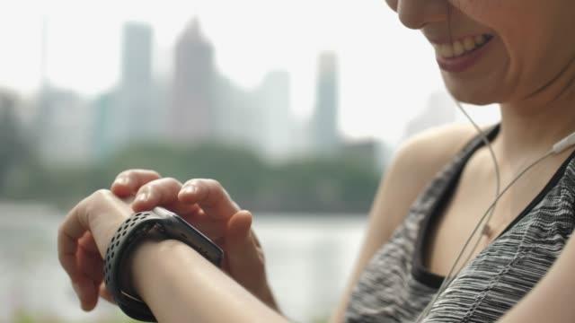 女性のスマートな腕時計の使用 ビデオ