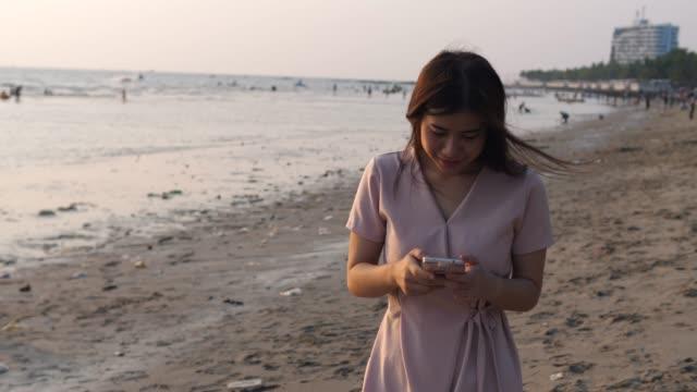vídeos de stock e filmes b-roll de woman using phone - só uma mulher jovem