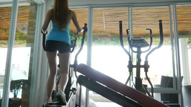 kvinna med datorer som körs i gym - black woman towel workout bildbanksvideor och videomaterial från bakom kulisserna