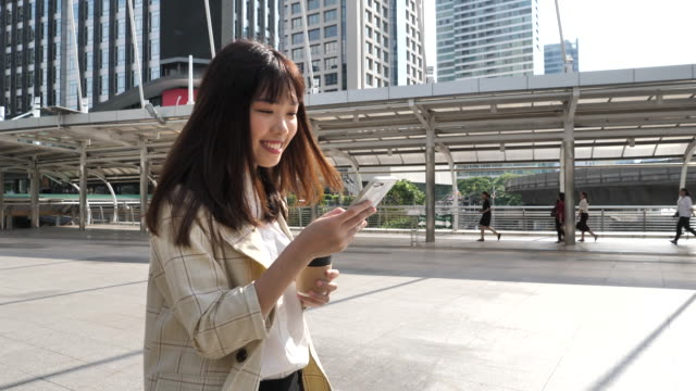 スマートフォンを使用している女性 - オペレーター 日本人点の映像素材/bロール