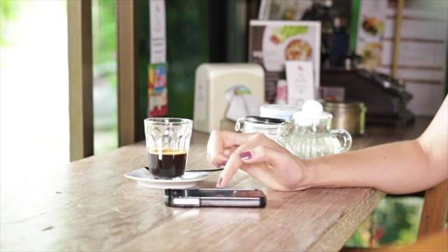 frau mit smartphone - tablet mit displayinhalt stock-videos und b-roll-filmmaterial