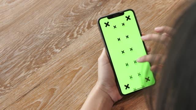 kvinna som använder smart telefon med grön skärm - telefonmeddelande bildbanksvideor och videomaterial från bakom kulisserna