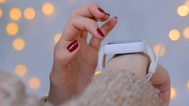 donna che usa l'orologio intelligente a casa - arto umano video stock e b–roll