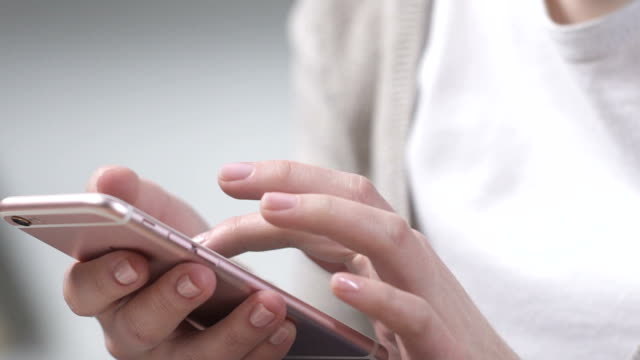 donna che usa l'app per smartphone, fa shopping online, prenota i biglietti per il volo aereo - fare una prenotazione video stock e b–roll